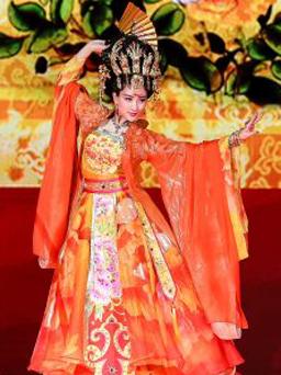 一套最贵数千元 在北京并没有销售汉服的实体商家,如果自己没有剪裁